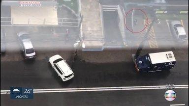 Vigilante morre em assalto a carro-forte na Caixa Econômica, na Zona Sul do Recife - Outro vigilante e um dos suspeitos ficaram feridos na ação ocorrida na Avenida Herculano Bandeira