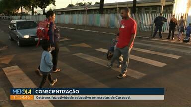 Cettrans faz ação educativa em frente a escola do Interlagos em Cascavel - Durante toda a semana devem acontecer ações nas escolas da cidade.