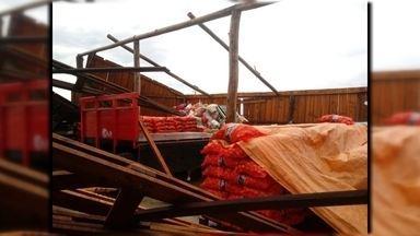 Ventania causa prejuízo para agricultores em São José do Norte - Rajadas de vento danificaram galpões para armazenar a safra de cebola. Defesa Civil do município contabiliza estragos.