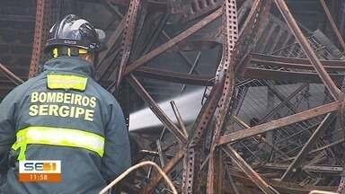 Corpo de bombeiros inicia perícia após incêndio em madeireira - Peritos foram ao local na manhã desta quarta-feira (13).