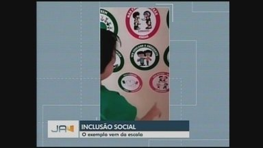 Cartazes ajudam na inclusão de alunos com autismo em Timbó - Cartazes ajudam na inclusão de alunos com autismo em Timbó