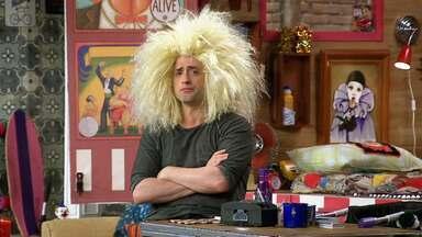 Tratamento Capilar - Rique realiza um trabalho como testador de produto para cabelos, mas a tentativa não dá certo e ainda atrai ladrões interessados na mercadoria.