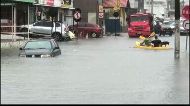 Moradores de João Pessoa enfrentam ruas alagadas por causa da chuva - No bairro da Torre teve morador que usou um caiaque para se deslocar.