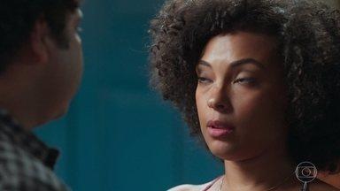 Sheila quer ter certeza de que tem uma prova contra Isabel - Ela aproveita momento com Bola pra tirar algumas dúvidas, sem ele perceber sua real intenção
