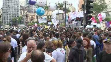 Servidores públicos da capital mantêm greve - Categoria fez assembleia à tarde e depois saiu em passeata. Eles querem a revogação da reforma da previdência.