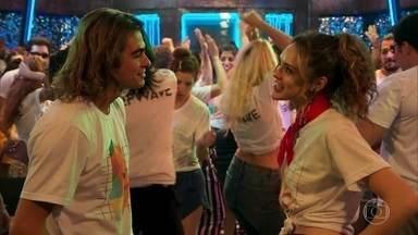 João convida Manu para ficar com ele após a festa - Mercedes repreende Quinzão por também ter sumido durante o lançamento da PopTV