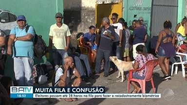 Eleitores passam até 28 horas na fila para fazer a biometria em Simões Filho - As pessoas que estavam na fila reclamavam sobre a demora.