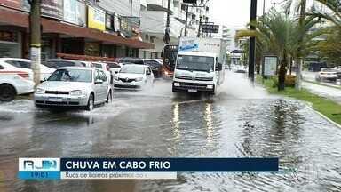 Ruas próximas ao Centro ficam alagadas após chuva em Cabo Frio, no RJ - Assista a seguir.