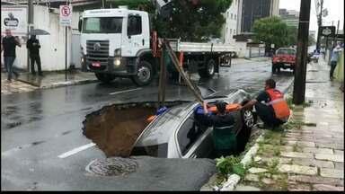 JPB2JP: Carro é engolido por cratera em João Pessoa - Buraco aberto por causa da chuva.