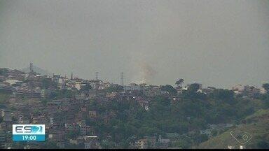 Fumaça de incêndio em pastagem toma conta do céu de Colatina, ES - Fogo não atingiu casas e foi controlado.