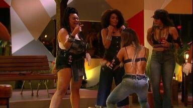 Sisters se empolgam ao som de Anitta na Festa A Todo Vapor - Sisters se empolgam dançando