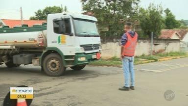 Trânsito da Rodovia Geraldo de Barros foi desviado por dentro da cidade de São Pedro - Trânsito foi desviado por dentro da cidade depois de uma cratera abrir na pista, moradores reclamam do barulho.
