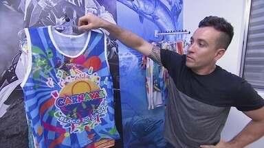 Fábrica de abadás vira destaque do Carnaval em todo o Brasil - Confecção de São Paulo se especializou na produção de abadás e, para atrair clientes, aceita pedidos pequenos, rejeitados por outras confecções.