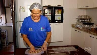 Cozinheira ensina como fazer rocambole de tilápia recheado com queijo, em Itumbiara - Prato acompanha arroz, pirão e salada. Receita leva 1h para ficar pronta.