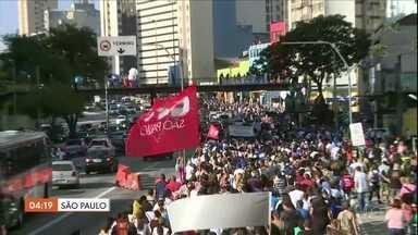 Funcionários públicos de SP decidem manter paralisação - Segundo o Sindicato dos Servidores da Prefeitura de São Paulo, 80 mil pessoas participaram da manifestação. A categoria quer a revogação da reforma da Previdência, que decidiu aumentar de 11% para 14% a contribuição dos funcionários públicos da capital paulista.