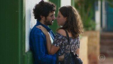 Lourdes Maria e Geandro se beijam - A jovem acorda cedo e surpreende o filho do prefeito