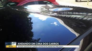 Jovem anda em cima de carros na 412 sul - Câmeras de segurança de prédio flagraram jovem pisando nos capôs dos carros na madrugada de domingo.