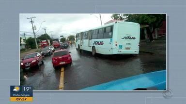Telespectador envia foto de ônibus que caiu em buraco de esgoto em Alvorada - Assista ao vídeo.