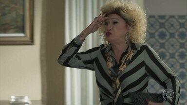 Marcos Paulo encontra Valentina saindo de casa para a inauguração da antena - Empresária se recusa a esperar a química se arrumar para o evento