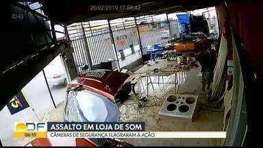 Polícia procura homem que assaltou loja de som no Recanto das Emas - No vídeo de câmeras de segurança, é possível ver que o bandido entra no local com uma arma na mão e rende os donos da loja.