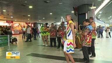 Turistas são recepcionados com frevo no Aeroporto do Recife - Governo de Pernambuco espera receber 2 milhões de turistas no carnaval de 2019 e preparou recepção especial para quem vem de fora.