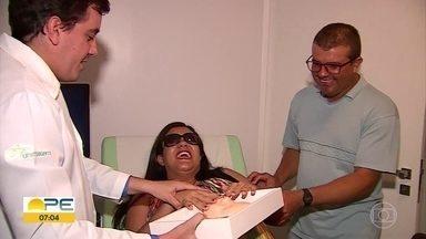 Grávida cega consegue 'enxergar' rosto do bebê após ideia de médico - Moradora de Cachoeirinha, no interior de Pernambuco, está à espera do segundo filho e se emocionou ao sentir o rosto da criança com ajuda do tato.