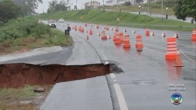 Aumenta a erosão em rodovia de Quintana - Buraco feito pela chuva tomou o acostamento da rodovia no quilômetro 438; erosão que estava no acostamento está aumentando e chegou à rodovia.