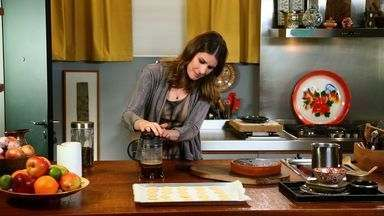 Bolo De Cenoura - Rita Lobo desvenda a ciência por trás do preparo do clássico bolo de cenoura com cobertura crocante de chocolate. E para completar o café da tarde, prepara biscoitos amanteigados.