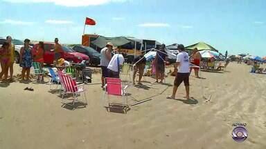 Foliões agitam público na praia do Cassino neste Carnaval - Assista ao vídeo.
