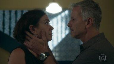 Sampaio pede uma noite com Valentina para fazer trabalho sujo - A empresária pede que o capanga tire Laura de sua casa