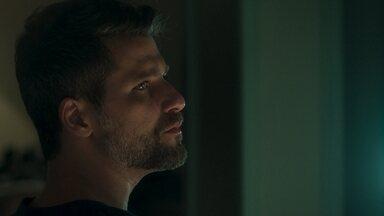 Gabriel afirma a Murilo que Luz leu o livro da Irmandade - Guardião-mor diz que tem certeza de que fechou o livro antes de dormir