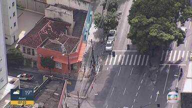 Carro bate em fachada de loja na Savassi, em Belo Horizonte - De acordo com a PM, no veículo havia três homens. Um ficou preso às ferragens e dois fugiram.