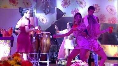 Paula e Hariany dançam de bumbum colado durante Festa Identidades - Sisters dançam juntas na Festa Identidades
