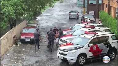 Vídeo flagra momento em que PMs agridem jovem no carnaval de SP - No carnaval de São Paulo, nossa equipe flagrou no sábado (9) o momento em que policiais militares agrediram um jovem.