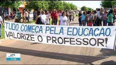 Professores de Formoso do Araguaia paralisam atividades e fazem protesto - Professores de Formoso do Araguaia paralisam atividades e fazem protesto