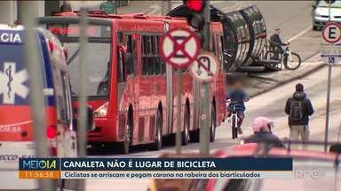 Telespectadores comentam a prática perigosa de pegar carona na rabeira de ônibus - Flagrantes foram feitos pela cidade.