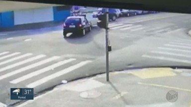 Acidente e caminhão tanque quebrado atrapalham trânsito em Ribeirão Preto, SP - Caminhão quebrou próxima a Avenida Presidente Kenedy. Já o acidente, aconteceu na Avenida Quito Junqueira no cruzamento com a rua São Paulo.