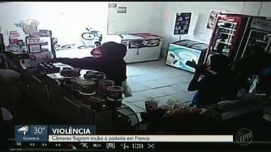 Câmeras de segurança flagram roubo a padaria em Franca, SP - Assaltantes estavam armados e fugiram com o dinheiro do caixa.