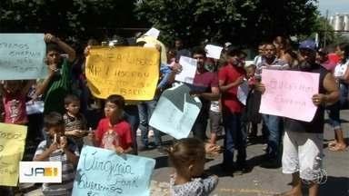 Moradores fazem protesto na porta da Enel por constantes quedas de energia - Moradores de dois bairros de Aparecida de Goiânia não suportam mais a situação.