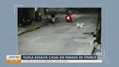 Dupla assalta casal em parada de ônibus em Manaus - Roubo ocorreu no bairro Redenção.