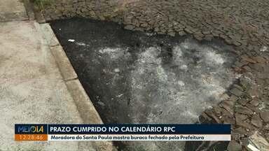 Calendário: Moradora do Santa Paula, em Ponta Grossa, mostra buraco fechado por prefeitura - Maria Elza enfrentava problema em frente de casa desde 2017.