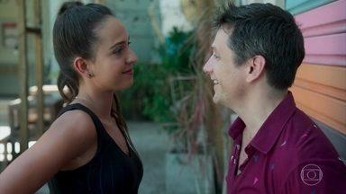 Marli e Paulo comemoram a gravidez - Paulo vai atrás de Marli e pede desculpas por sua primeira reação ao saber que a namorada estava esperando um filho