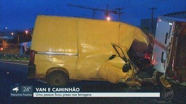 Acidente entre van e caminhão deixa feridos entre Ribeirão Preto e Cravinhos, SP - Colisão foi na Rodovia Anhanguera (SP-330).