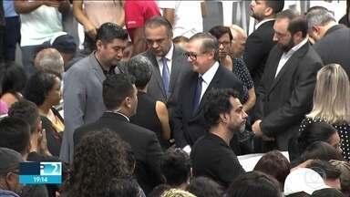 Multidão lota ginásio de Suzano para dizer adeus aos alunos e funcionários da escola - O dia foi marcado pela dor dos parentes e amigos que se despediram das vítimas do massacre na escola Raul Brasil, em Suzano.