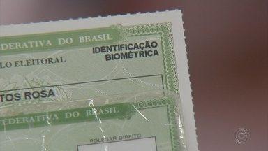 Posto de atendimento itinerante cadastra biometria dos eleitores de Quadra - Um posto de atendimento itinerante está cadastrando a biometria dos eleitores de Quadra (SP).