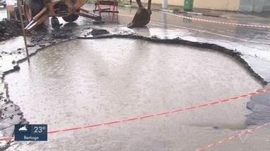 Carro cai em cratera que se formou em Santos - A situação assustou moradores da Zona Noroeste.