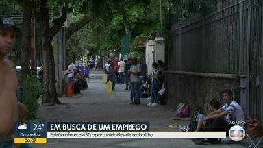 Trabalhadores dormem em fila de feirão de empregos no Maracanã em busca de oportunidade - Uma enorme fila se forma no Maracanã. Trabalhadores estão à procura de uma vaga de empego. Muitos desempregados dormiram na fila. Feirão no Maracanã oferece 450 vagas de empregos.