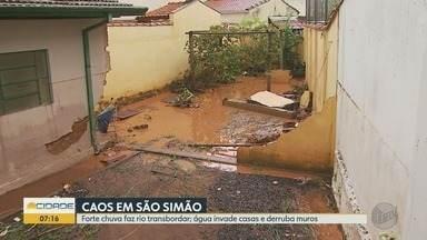Temporal causa estrago e Prefeitura de São Simão, SP, decreta estado de calamidade público - Chuva forte na tarde de quinta-feira (14) provocou danos em toda a cidade. Máquinas da Prefeitura e funcionários ajudaram nos trabalhos de limpeza.