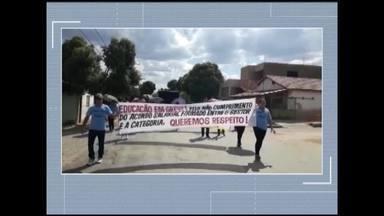 Professores de Glaucilândia cobram definição de piso salarial - Servidores percorreram ruas da cidade com faixas.