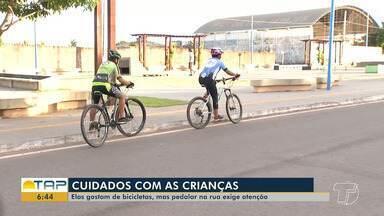 Crianças adoram brincar de bicicleta pelas ruas; veja como garantir a segurança - Pais têm que apresentar para crianças noções básicas de segurança no trânsito para evitar que acidentes aconteçam.